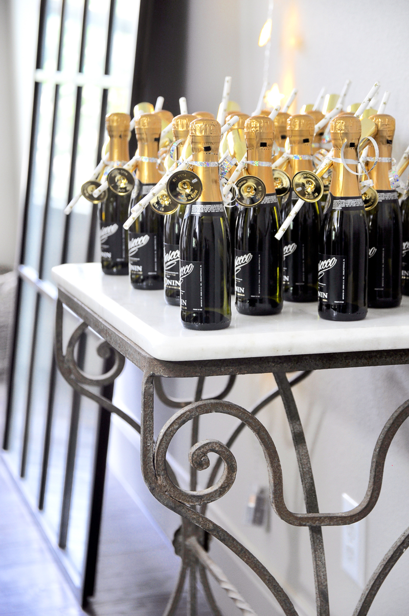 champagne-bottle-favors-for-bridal-shower-displayed-beautifully_-2