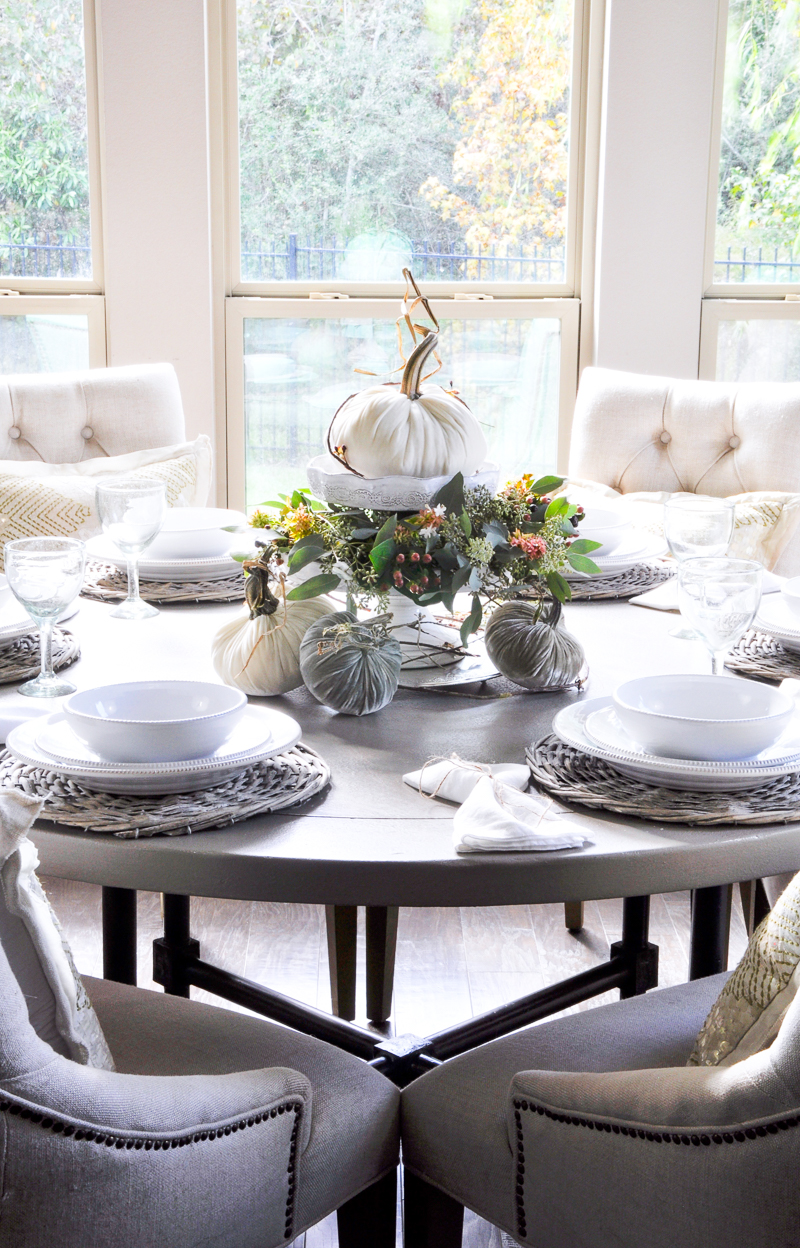 breakfast-nook-decorated-for-thanksgiving