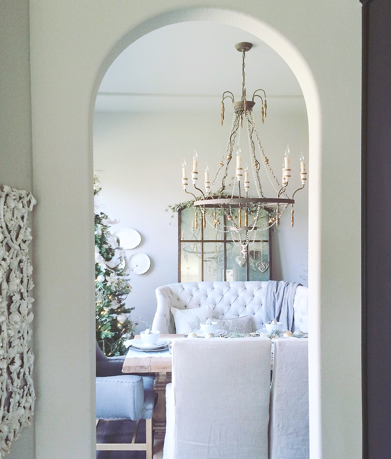 beautiful-dining-room-decorated-for-christmas
