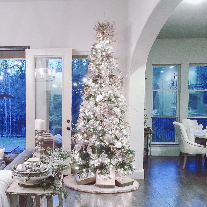 beautiful-family-room-table-decorated-for-christmas