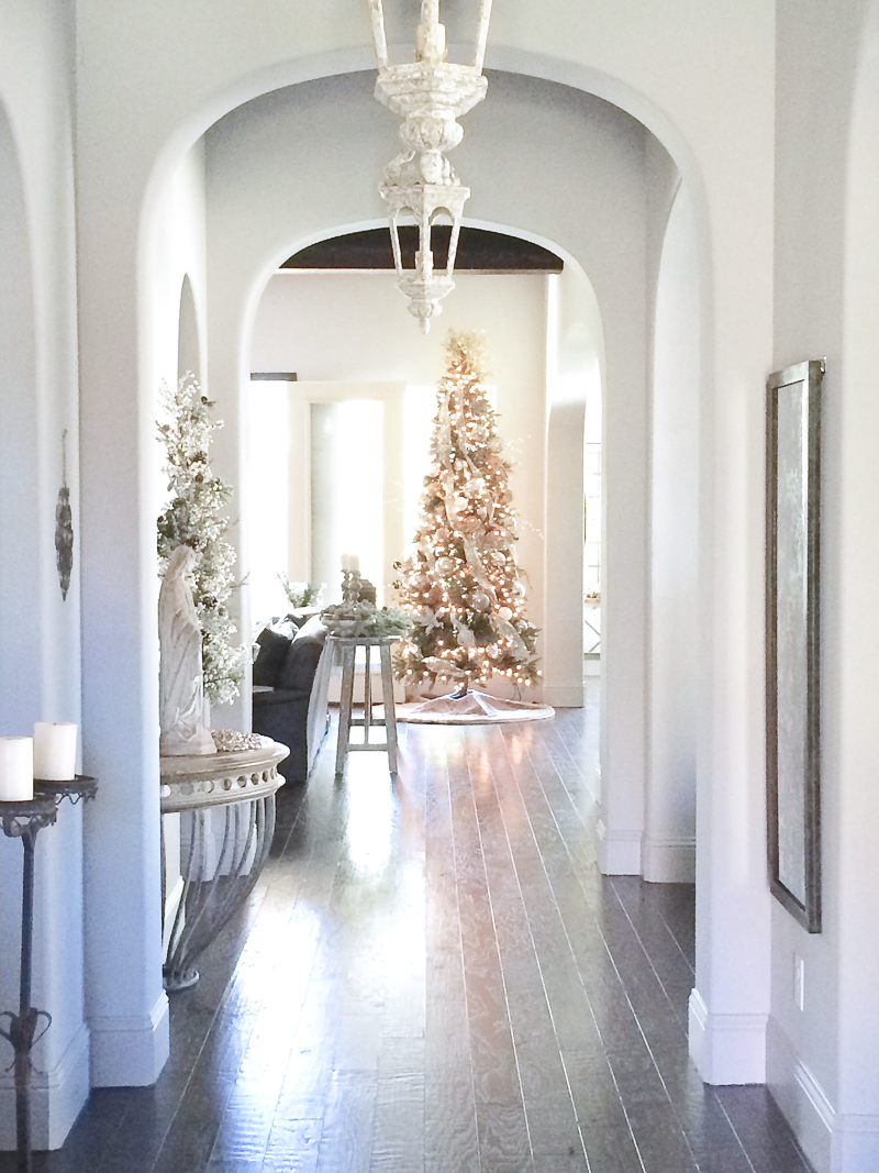 christmas-tree-in-entry-hall-so-beautiful