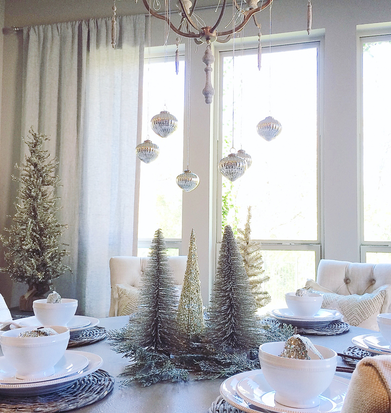breakfast-nook-decorated-for-christmas