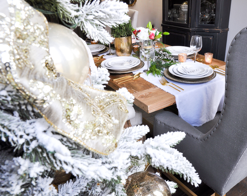 christmas-table-with-greenery-and-flowers-so-elegant