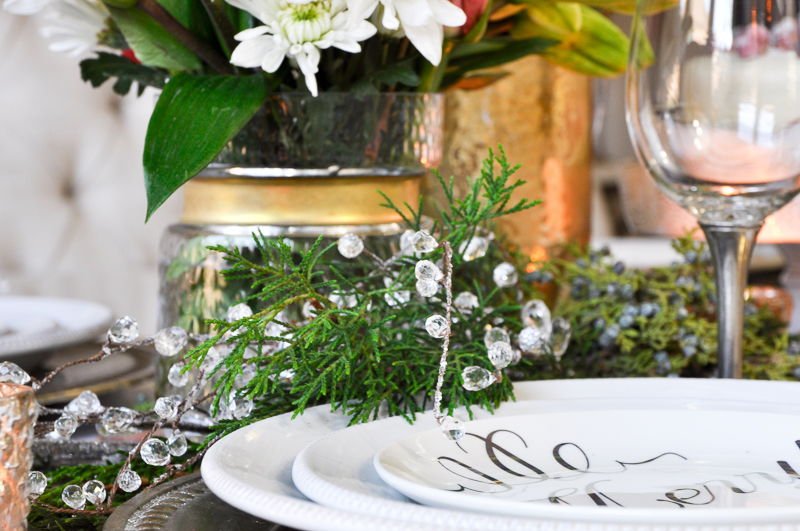 christmas-table-with-greenery-and-flowers-so-gorgeous