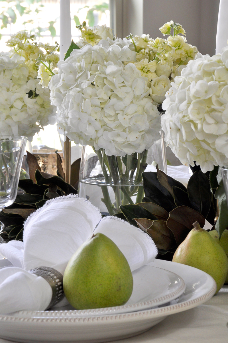 holiday-table-with-white-flowers