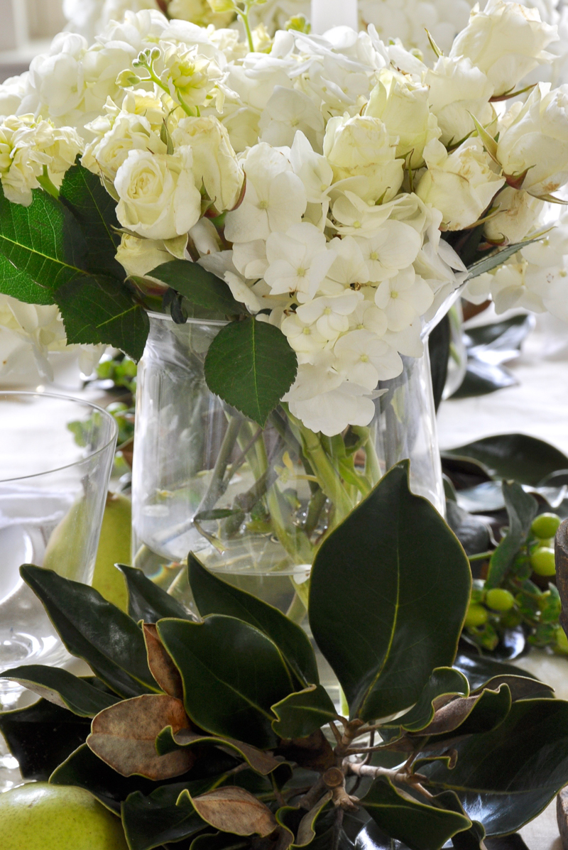 magnolia-and-white-flower-tablescape_