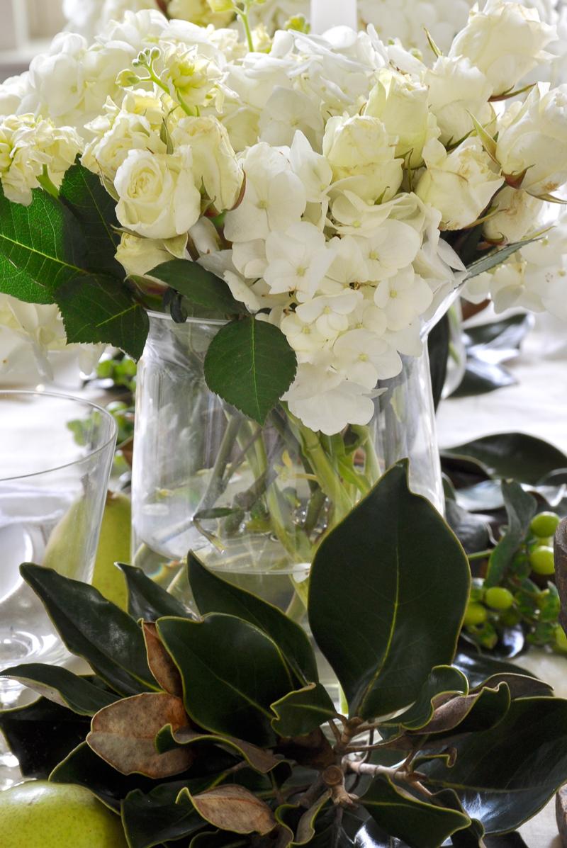 magnolia-and-white-flower-tablescape_
