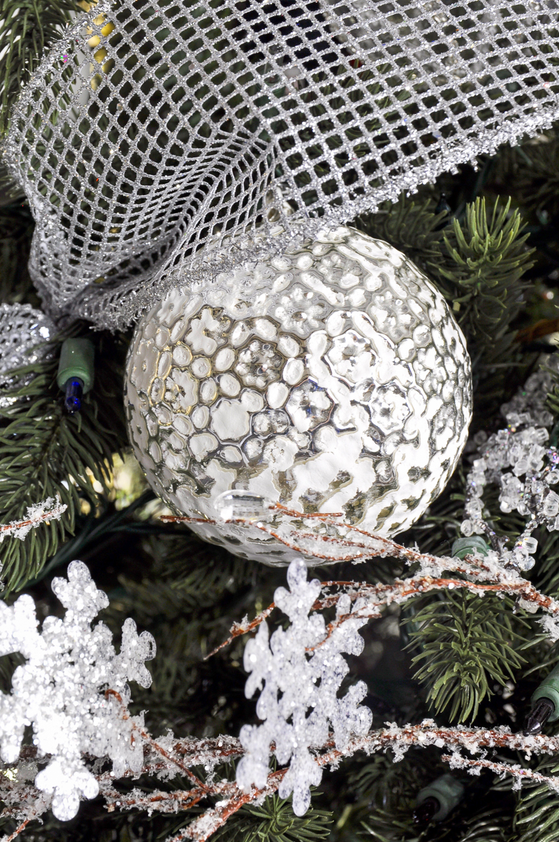 beautiful-white-and-silver-christmas-ornament