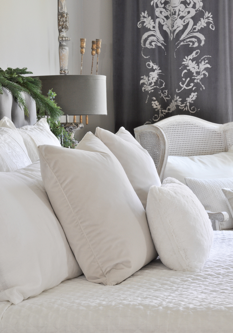 beautiful-white-bedding-in-christmas-bedroom