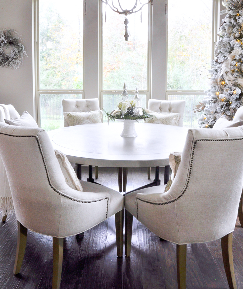beautiful-white-breakfast-nook-christmas-decor