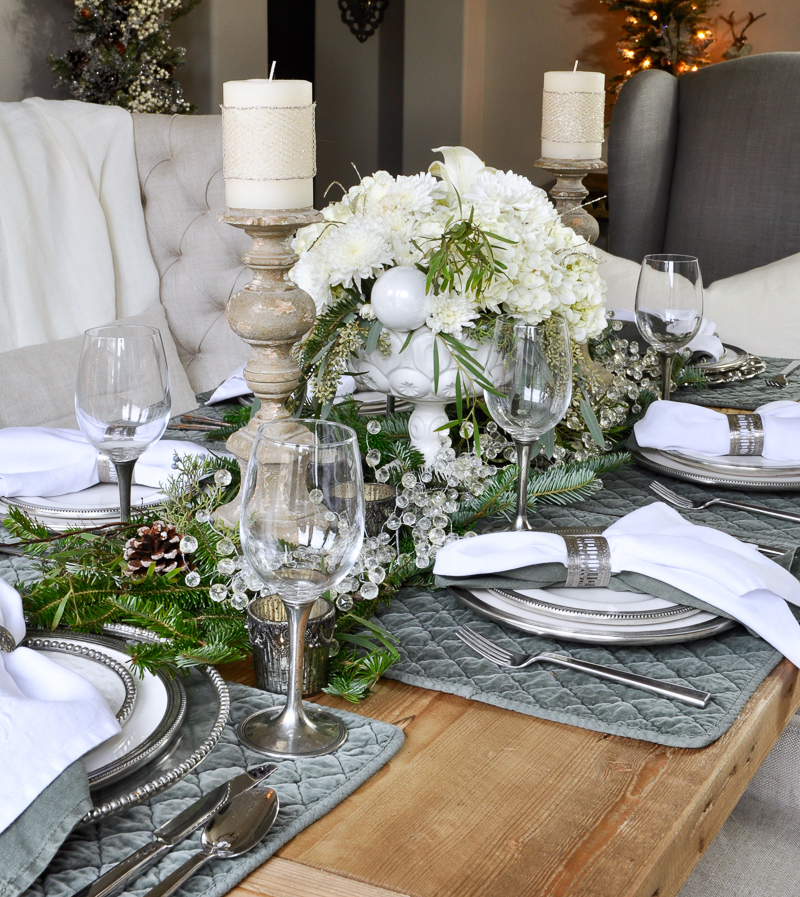 Classic christmas dining room tour decor gold designs for Elegant dining table decor