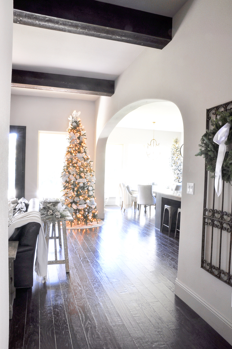 entry-hall-christmas-tree-2