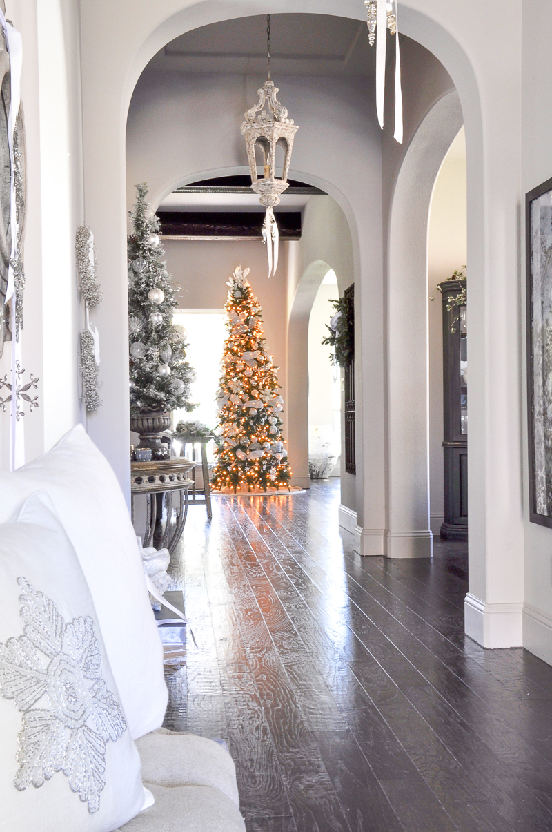 entry-hall-christmas-tree