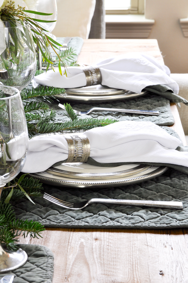 green-and-white-christmas-table-so-beautiful