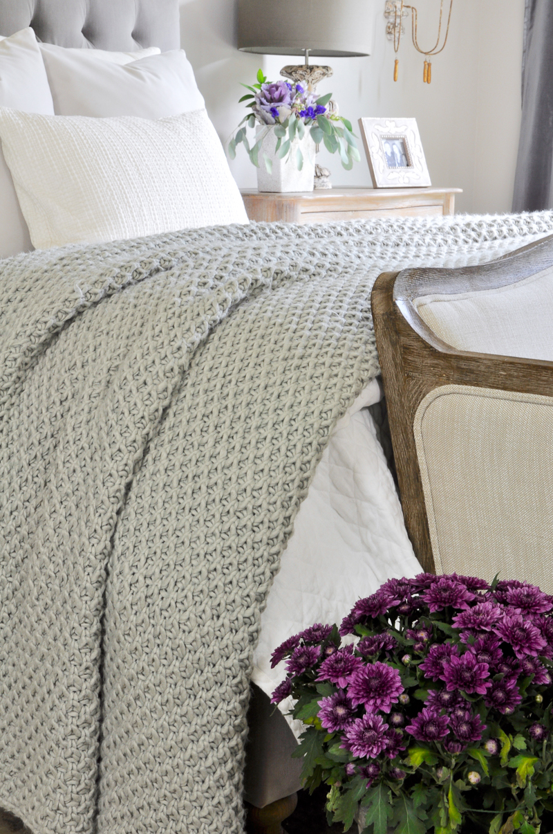 white-and-gray-fall-bedding-in-beautiful-bedroom_-2