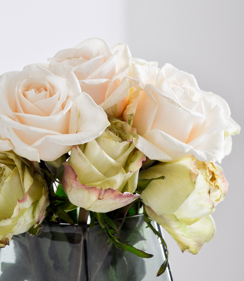 great tips for arranging rose in a beautiful green vase