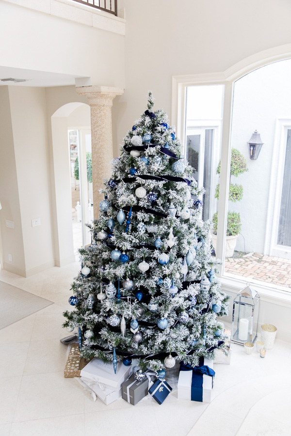 Amanda Fashionable Hostess created beautiful holiday tree